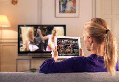 Los peruanos destinan tiempos similares a navegar en Internet y ver TV